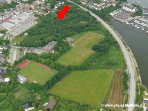 Der rote Pfeil markiert in etwa den Standort des Schiffsanlegers mit Getreideschuppen.